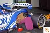 写真:タイヤの取り付け調整